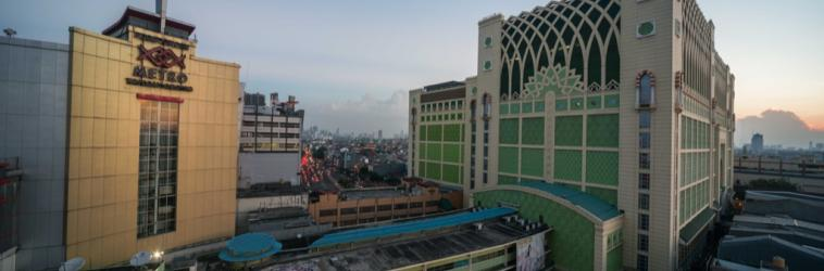 Jakarta has a number of wholesale markets. The largest and the oldest is the  Tanah Abang Market which concentrates on textiles. From morning till night ffacd521dc